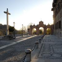 夕陽とのコントラスが美しいサクロモンテ修道院