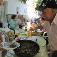 週末のスペイン大家族団欒。食卓を囲む