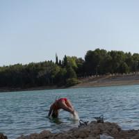 綺麗な水が豊富なグラナダダムで泳ぐ