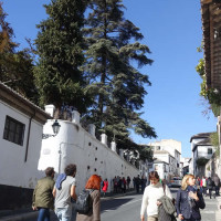 サクロモンテとアルバイシンを隔てるチャピス坂 Cuesta del Chapiz
