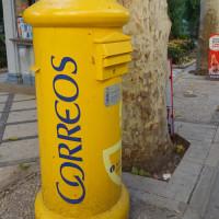 黄色のポストがスペイン印